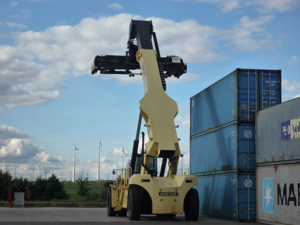 Reach stacker an 40 feet containers