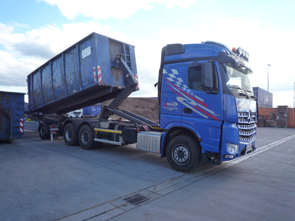 Loading a swap body through a hooklift